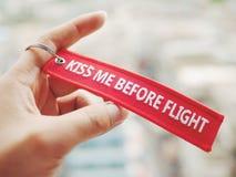 在飞行红色标志前亲吻我 免版税库存照片