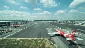 在飞行线的飞机在吉隆坡机场 库存照片