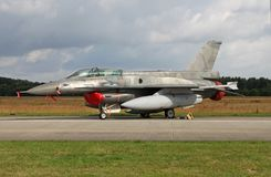 在飞行线的F-16D蛇蝎 免版税库存图片