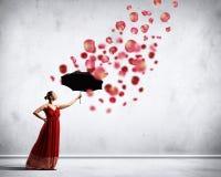 在飞行缎礼服的跳芭蕾舞者有伞的 库存图片