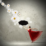 在飞行缎礼服的跳芭蕾舞者有伞的 库存照片