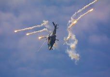 在飞行表演期间的军用直升机 图库摄影