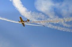 在飞行表演的空气特技 免版税库存图片