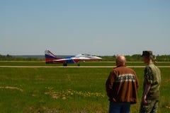 在飞行表演Kubinka,莫斯科地区,俄罗斯的人观看的飞机,可以12日2018年 免版税图库摄影