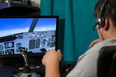 在飞行防真器的少年飞行 免版税库存照片