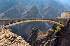 在飞跃峡谷的老虎的中央部分的Brigde在云南,南华 免版税库存照片