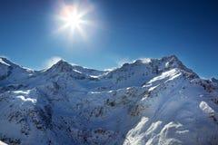在飞雪上面的阿尔卑斯 库存照片