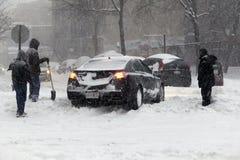 在飞雪乔纳斯期间,汽车在布朗克斯在雪黏附了 免版税图库摄影