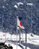 在飞雪的日本旗子 库存图片