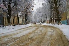 在飞雪的郊外的路。 库存图片