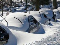 在飞雪以后的被埋没的汽车 免版税库存图片