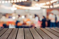 在食品店背景的模糊的照片木桌 免版税库存图片
