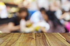在食物中心的被弄脏的图象木桌在商城和peo 库存照片