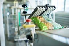 在食物工厂的包装线 图库摄影