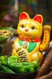 在食物市场上的中国幸运的猫 免版税库存照片