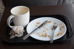 在食物以后的空的盘在桌上 库存照片