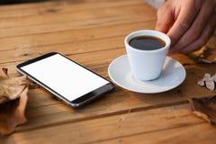 在食用的人的手一个杯子无奶咖啡 库存照片