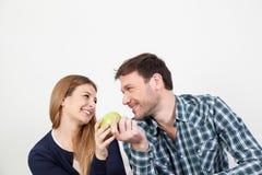 在食用的爱的夫妇早餐 免版税库存图片