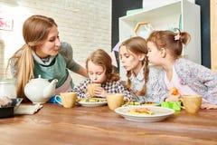 在餐厅的爱恋的家庭 免版税库存照片