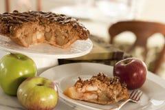 在餐厅设置的苹果饼 库存照片