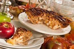 在餐厅设置的苹果饼 免版税库存照片