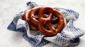 在餐巾安置的三个德国新鲜的被烘烤的椒盐脆饼小圆面包 股票视频