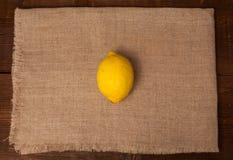 在餐巾的一个柠檬 免版税库存图片