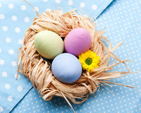 在餐巾的三个easer鸡蛋 免版税图库摄影