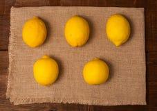 在餐巾的五个柠檬 图库摄影