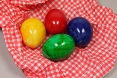 在餐巾的五颜六色的鸡蛋 免版税库存图片