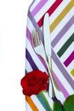 在餐巾的刀子和叉子与花 免版税库存图片