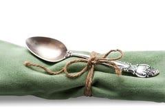 在餐巾的匙子 免版税库存图片