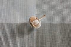 在餐巾的新鲜的大蒜 库存照片
