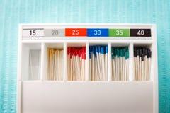 在餐巾的牙髓学的仪器 与拷贝空间的顶视图文本的 免版税库存照片