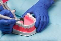 在餐巾的牙齿和牙髓学的仪器 顶视图 免版税图库摄影