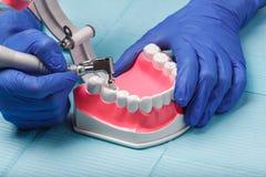 在餐巾的牙齿和牙髓学的仪器 顶视图 免版税库存图片