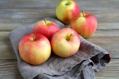 在餐巾的甜苹果 免版税库存图片