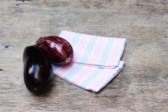 在餐巾的茄子 库存图片