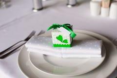 在餐巾的Bonbonniere 免版税库存照片