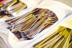 在餐巾被折叠的利器谎言包裹的全部,为宴会做准备 免版税库存图片