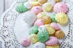 在餐巾,自然光有选择性的foc的五颜六色的蛋白甜饼曲奇饼 免版税库存照片