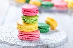 在餐巾,自然光选择聚焦的五颜六色的鲜美蛋白杏仁饼干 甜和五颜六色的点心关闭 库存图片