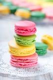 在餐巾,自然光选择聚焦的五颜六色的鲜美蛋白杏仁饼干 甜和五颜六色的点心 库存图片