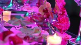在餐桌、玻璃和圣诞节蜡烛在桌上,白色蜡candleswith玻璃上的装饰蜡烛 股票视频