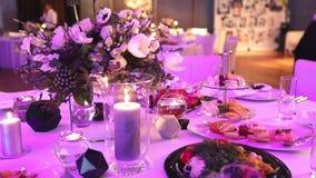 在餐桌、玻璃和圣诞节蜡烛在桌上,白色蜡candleswith玻璃上的装饰蜡烛 影视素材