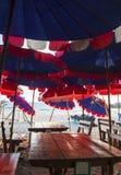 在餐桌上的伞在海滩 免版税库存照片