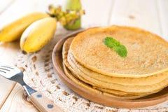 在餐桌上的香蕉薄煎饼 免版税库存图片