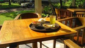 在餐桌上的Breskfast在温暖的早晨光下 免版税库存照片