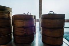 在餐馆中国人食物的粤式点心竹篮子容器 库存图片