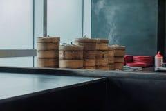 在餐馆中国人食物的粤式点心竹篮子容器 免版税库存图片
